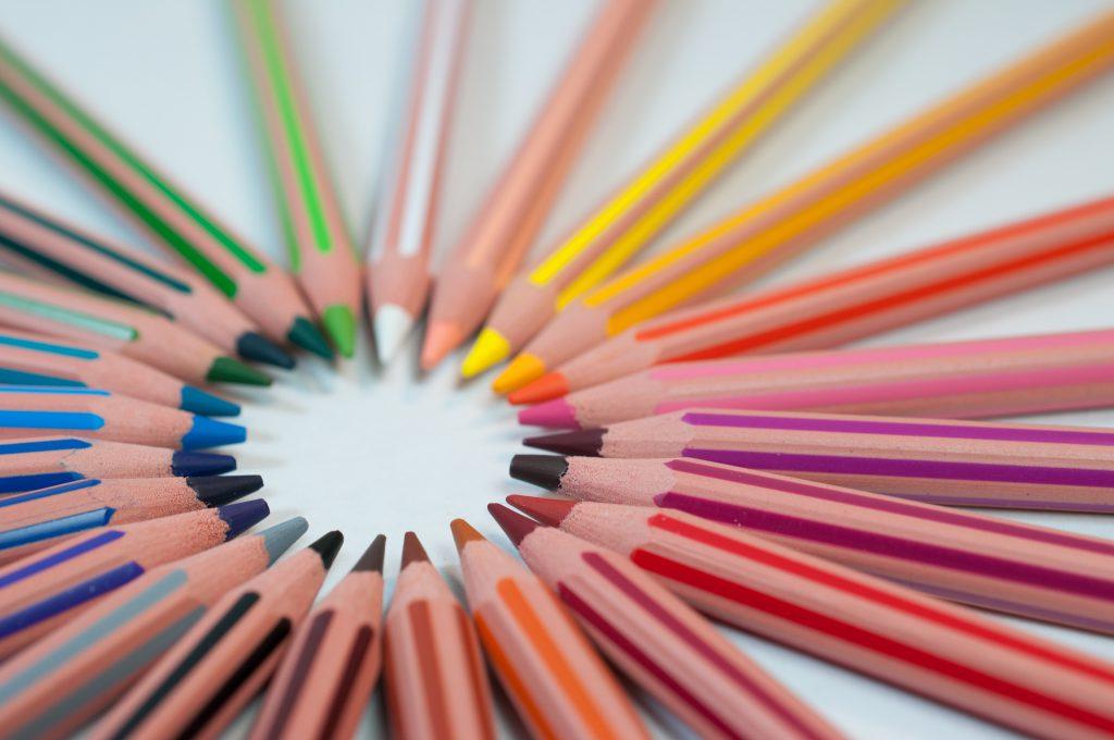 Crayons de couleur en cercle