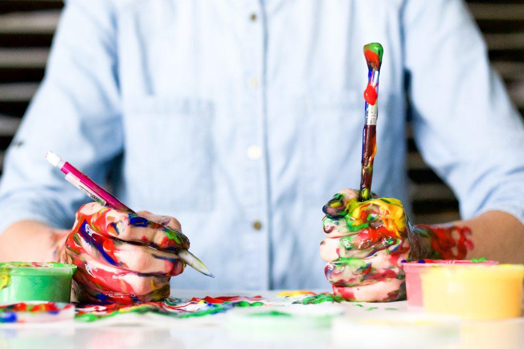 Artiste peinture plein les mains